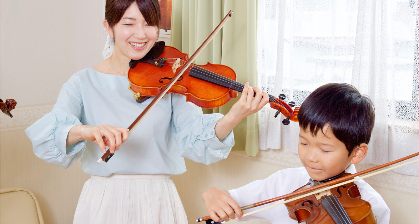 母子でヴァイオリンを演奏