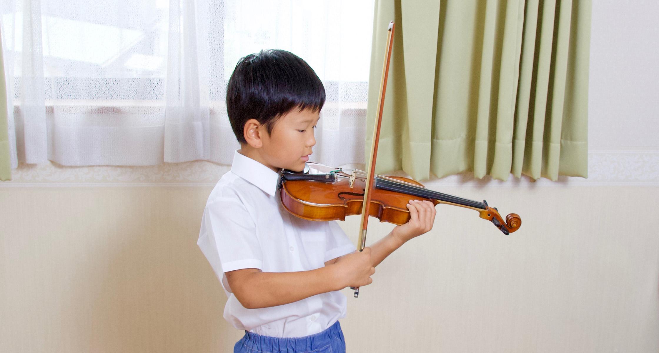 小学生ヴァイオリンを演奏