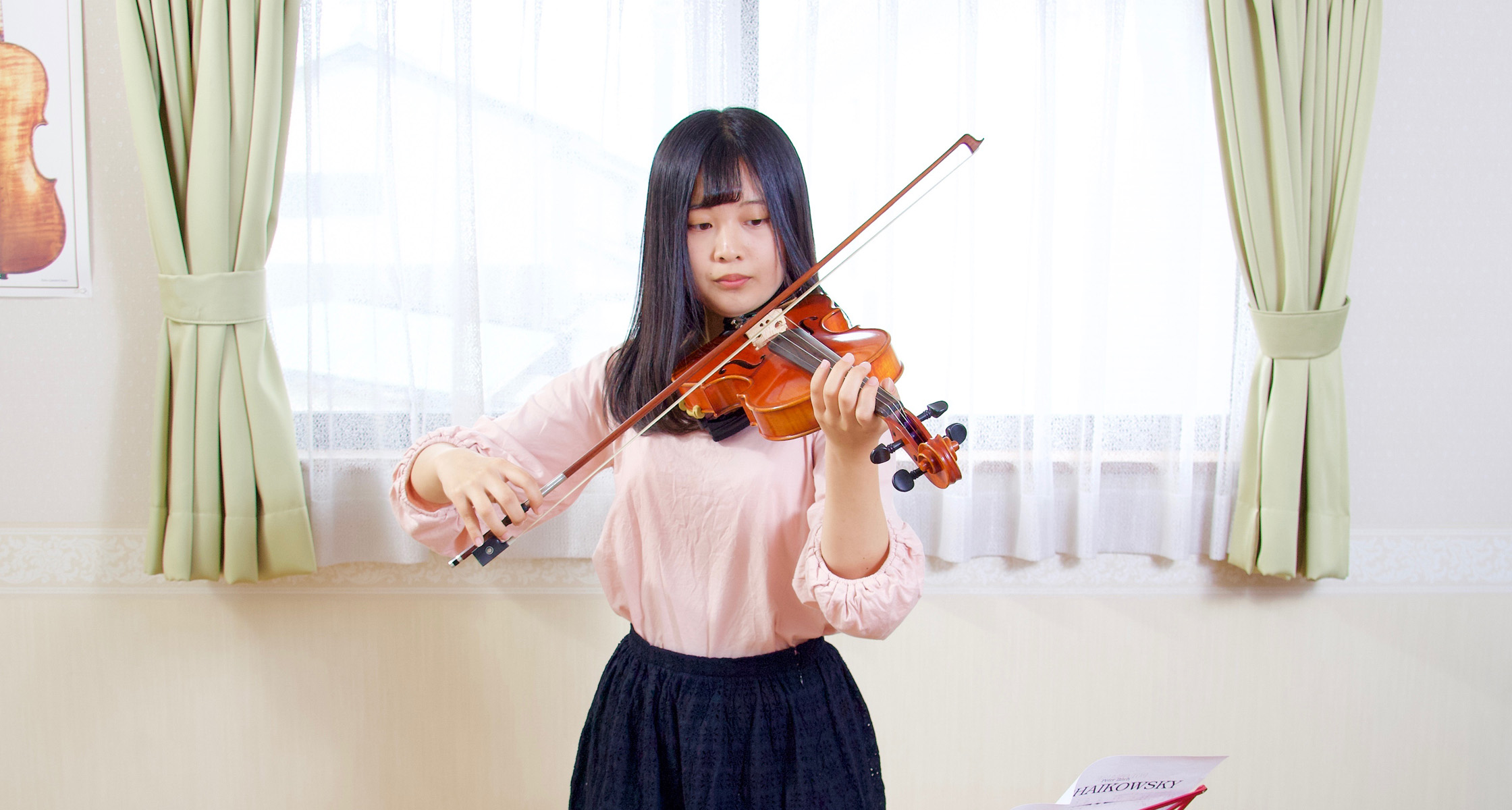 高校生がヴァイオリンを演奏
